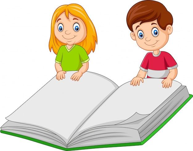 漫画の男の子と女の子の巨大な本を保持 Premiumベクター