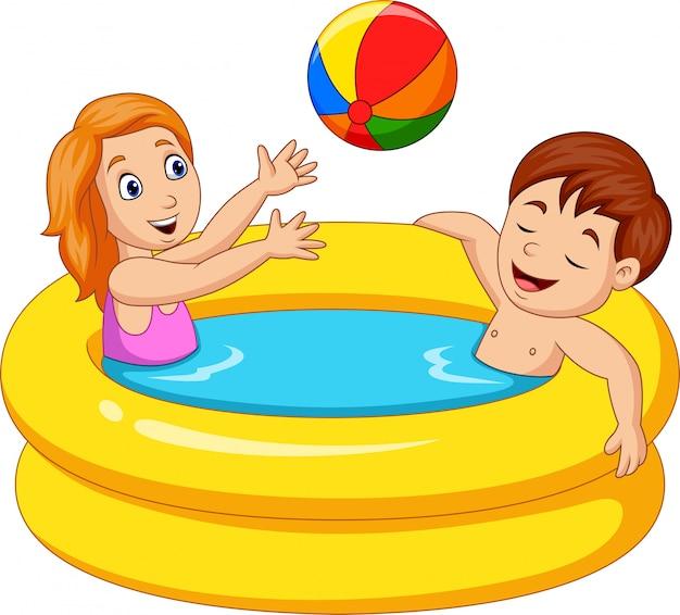 Маленькая девочка и мальчик, играя в надувной бассейн Premium векторы