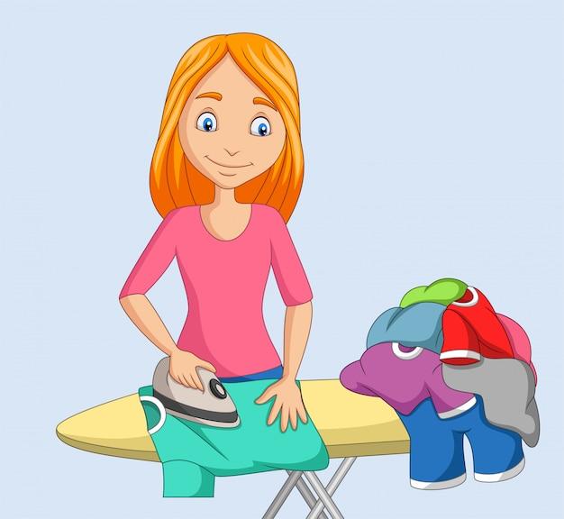 Молодая женщина гладит одежду Premium векторы