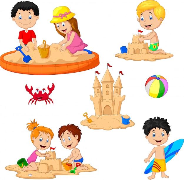 Дети играют в замок из песка и доски для серфинга Premium векторы