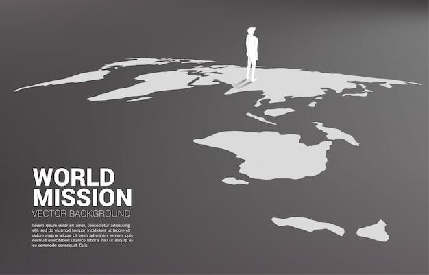 Силуэт бизнесмена, стоя на карте мира. Premium векторы