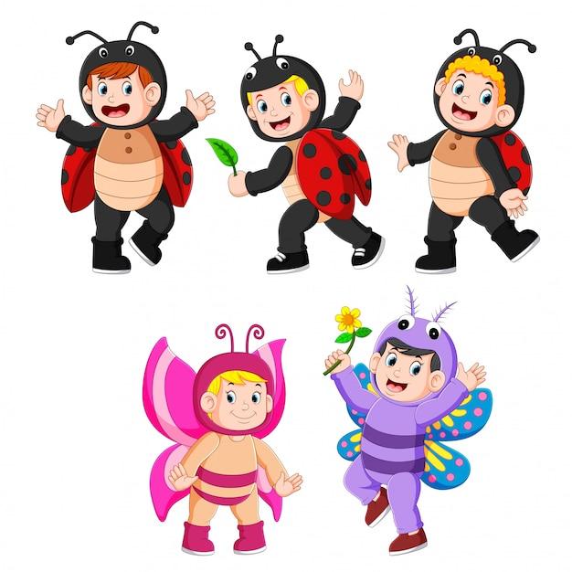 Коллекция детей в костюмах бабочек и божьих коровок Premium векторы