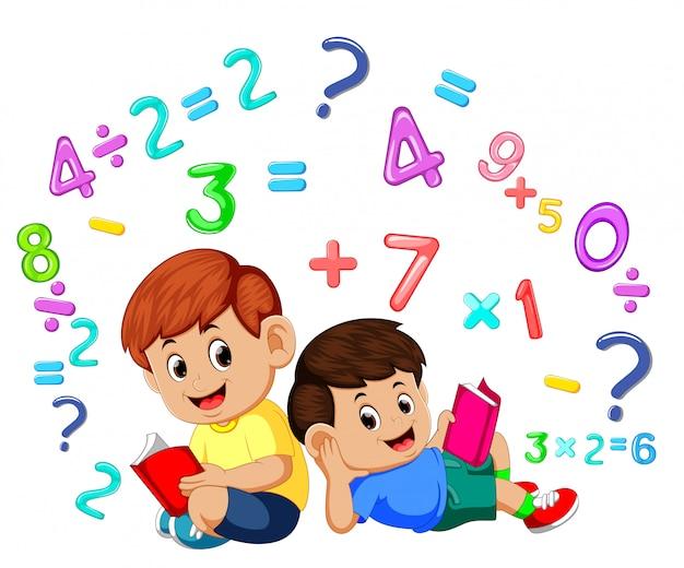 Два мальчика читают книгу и изучают математику | Премиум векторы