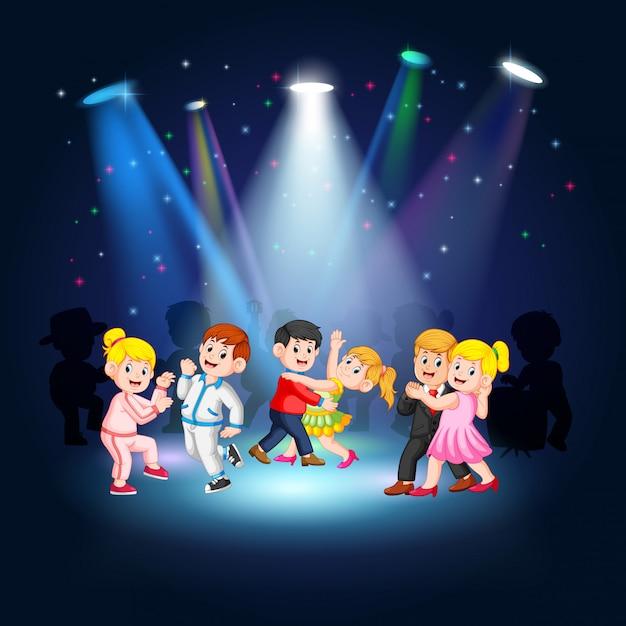 ステージで踊る人々 Premiumベクター