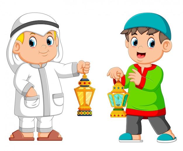 Два мусульманин держит фонарь Premium векторы
