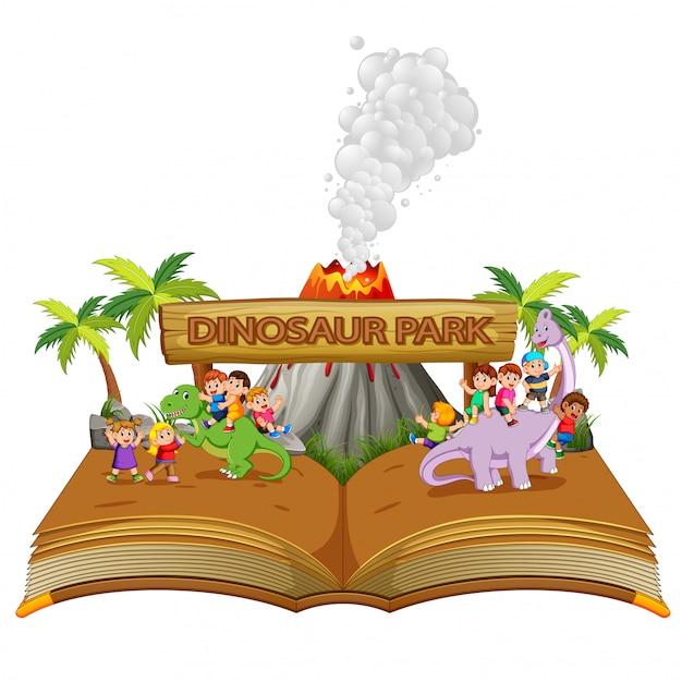 Сборник рассказов детей, играющих с динозавром в парке динозавров Premium векторы