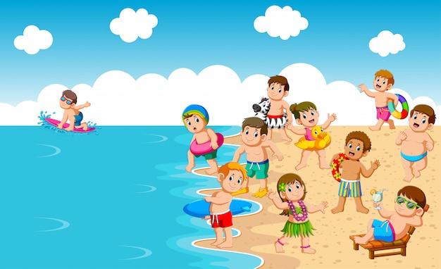 Дети играют на пляже и море Premium векторы