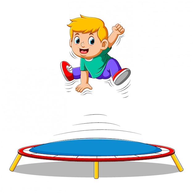 Милый маленький мальчик прыгает на батуте Premium векторы