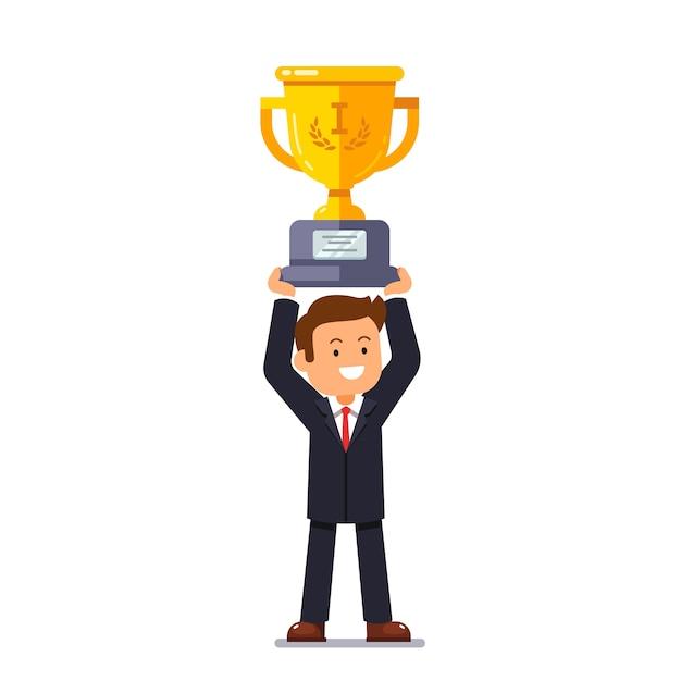 Человек-лидер бизнеса, держащий золотую чашку победителя Бесплатные векторы