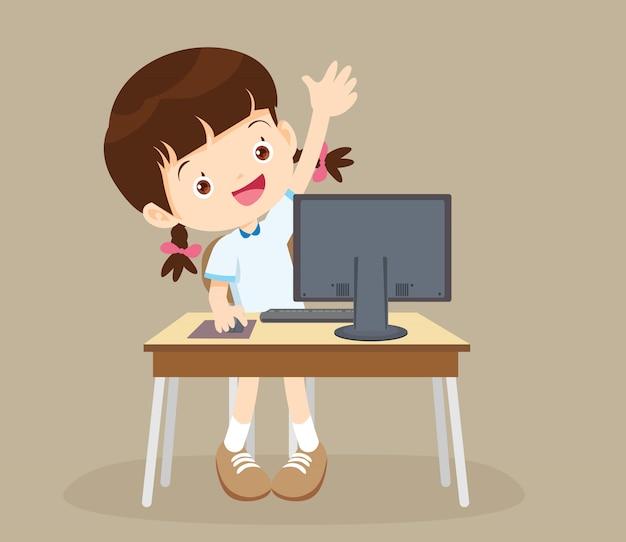 Студент девушка учится компьютер руки вверх Premium векторы