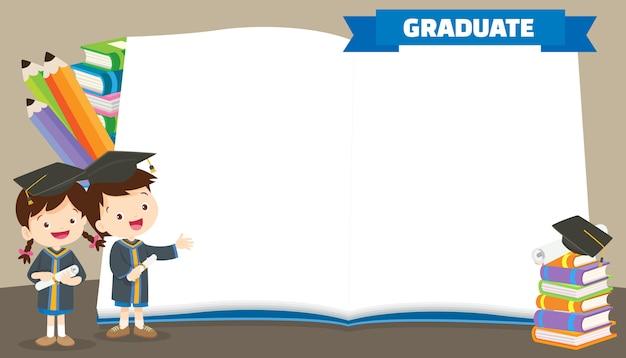 Аспиранты в выпускных халатах с дипломами Premium векторы