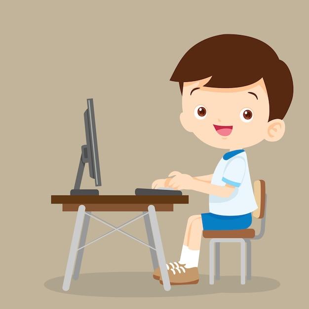 Милый студент мальчик работает с компьютером Premium векторы