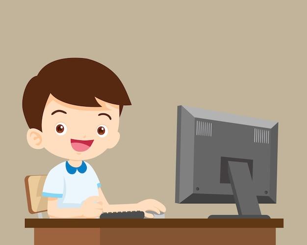 コンピューターでの作業生少年 Premiumベクター