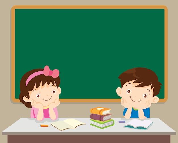 学生の男の子と女の子が黒板の前に座っています。 Premiumベクター