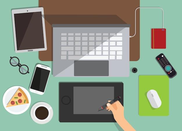 Взгляд сверху рабочего места графического дизайнера на предпосылке. плоский дизайн рабочей области с ноутбуком, кофе, пиццей Premium векторы