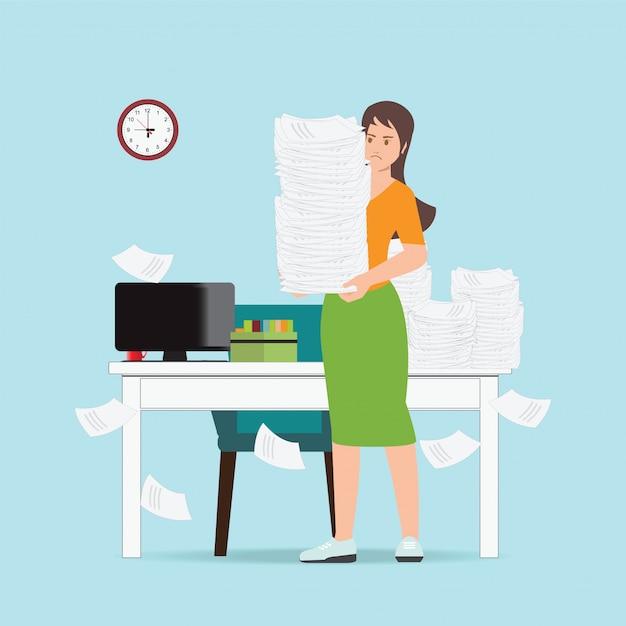 事務用紙を保持している忙しいビジネスウーマン。 Premiumベクター