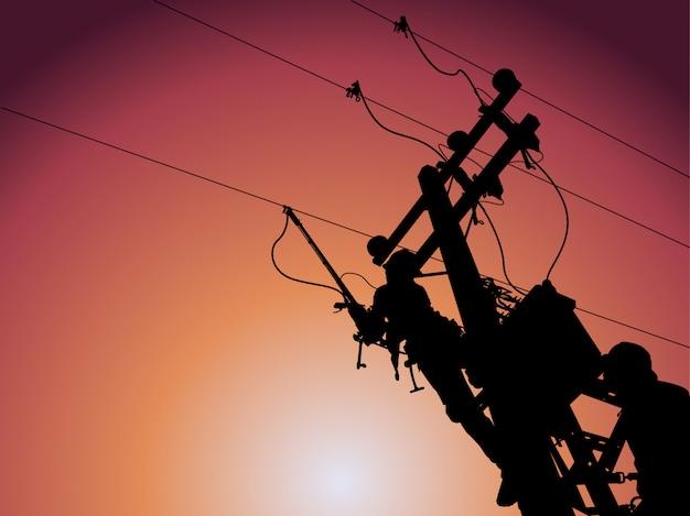シルエット、送電線マンは電力線の変圧器を閉じるのにクランプ棒を使用します。 Premiumベクター