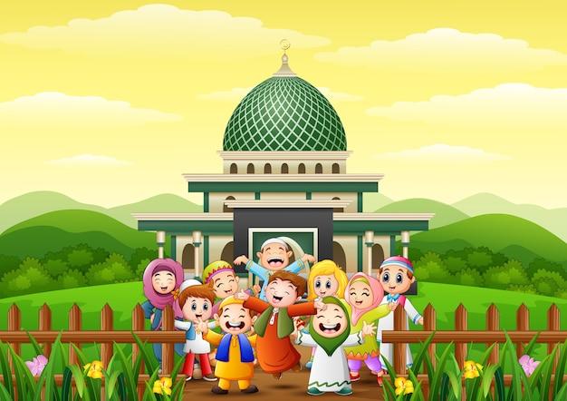ハッピーキッズの漫画は、イーストムバラクのためにモスクの公園で祝う Premiumベクター