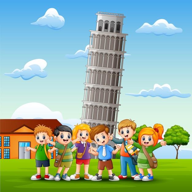 Мультфильм счастливых детей в передней части пизы башни фона Premium векторы
