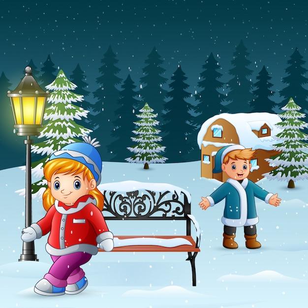 幸せな子供たちは冬の背景で遊ぶ Premiumベクター