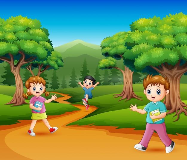 森の幸せな学校の子供たち Premiumベクター