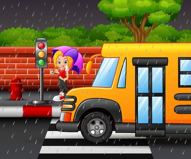 傘を運んでいる女の子を漫画 Premiumベクター