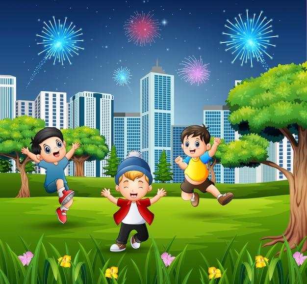 幸せな子供たちが遊んでいると都市公園でジャンプ Premiumベクター