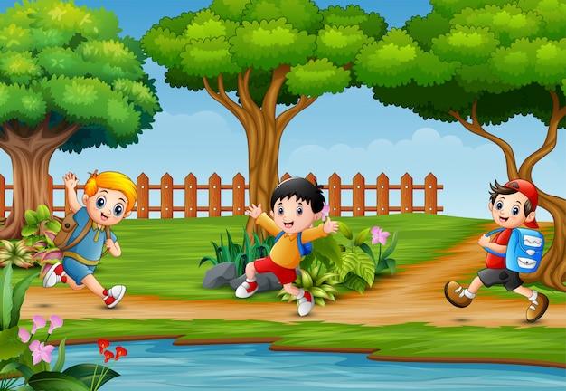 幸せな子供たちが美しい自然の中で走り回って Premiumベクター