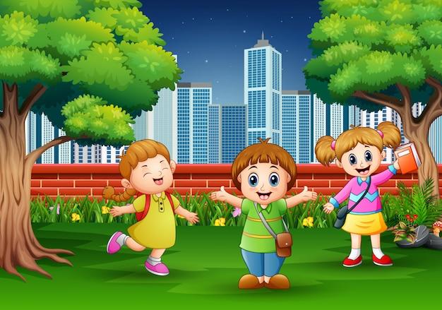 Мультяшные дети играют в городском парке Premium векторы
