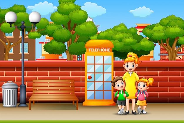 歩道の上に立って幸せな家族 Premiumベクター