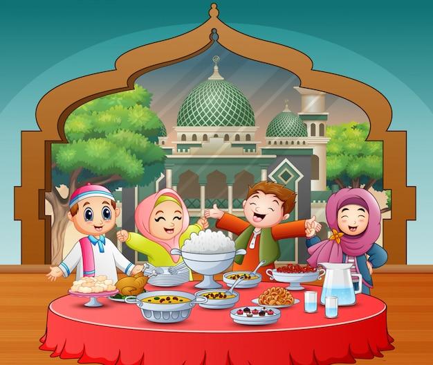 イフタールパーティーを祝う幸せなイスラム教徒の子供たち Premiumベクター