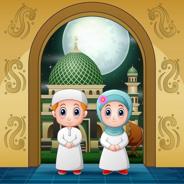 祈りのためのモスクの入り口に入るカップルのイスラム教徒 Premiumベクター