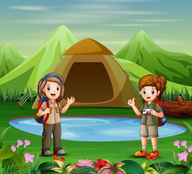 キャンプ場の探検家の女の子 Premiumベクター