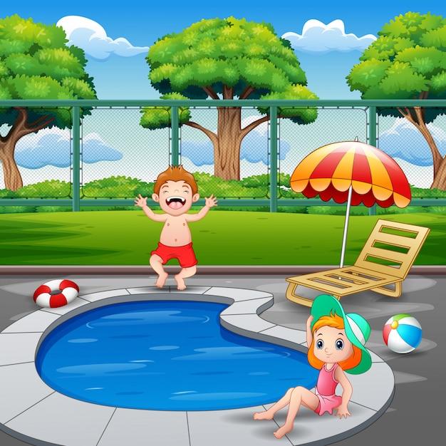 幸せな男の子と女の子の屋外プールで遊んで楽しんで Premiumベクター