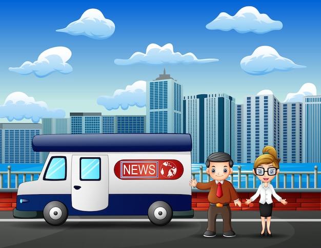 路上で若い男と女のニュースレポーター Premiumベクター