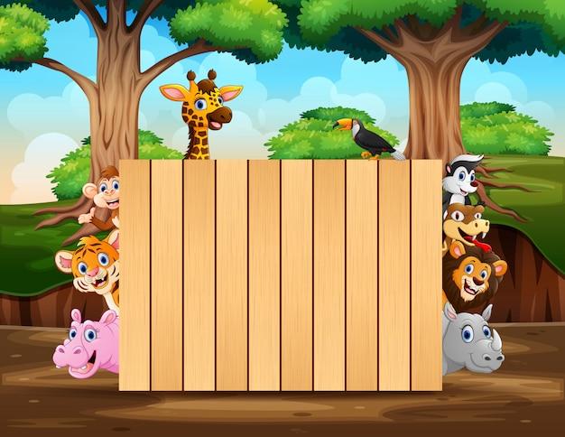 森のシーンの木製看板と野生動物 Premiumベクター