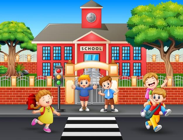 Счастливые студенты идут домой после школы Premium векторы