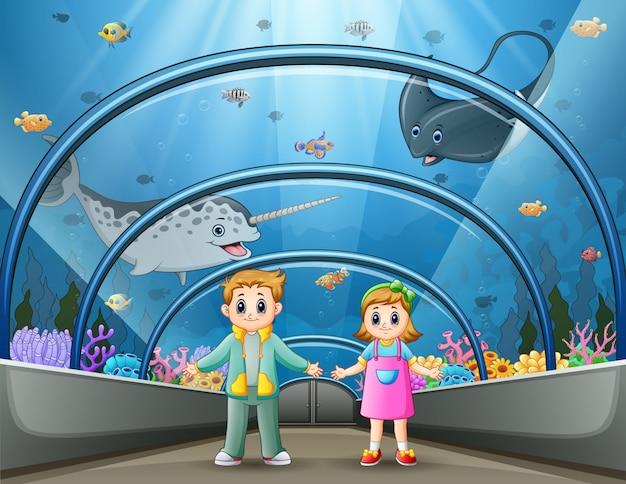 水族館公園で漫画の子供たち Premiumベクター