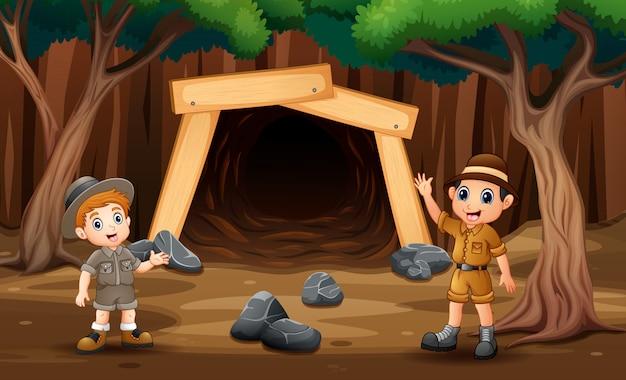 Сцена с мальчиками-исследователями перед иллюстрацией шахты Premium векторы