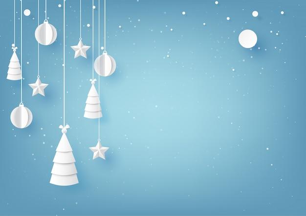 Звезды, елки и рождественский бал, висит на фоне голубого неба зимний сезон. Premium векторы