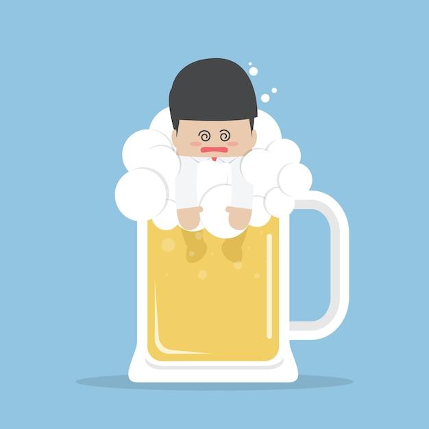 Пьяный бизнесмен в пивной кружке Premium векторы