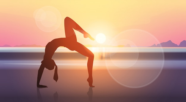 ヨガスポーツフィットネス女性エクササイズトレーニングシルエット少女海夕日を背景 Premiumベクター