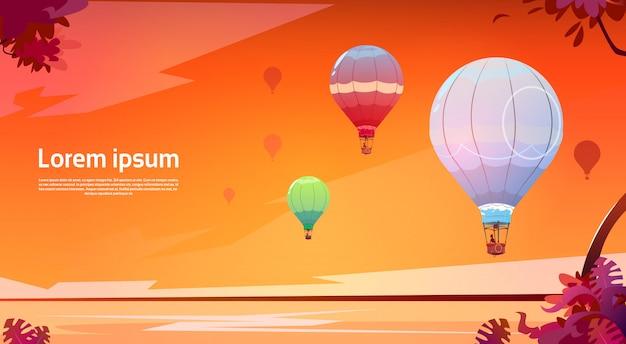 夕焼けの海の風景の上空を飛んでいるカラフルな気球 Premiumベクター