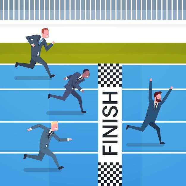 ラインのリーダーシップと競争の概念を終えるために交差した幸せなビジネスマン Premiumベクター