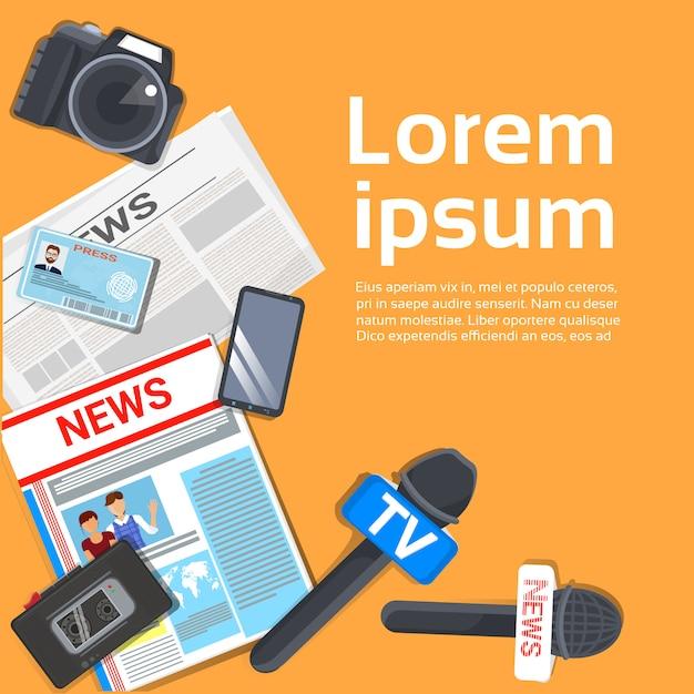 Журналист на рабочем месте концепция вид сверху газеты, микрофон, магнитофон Premium векторы