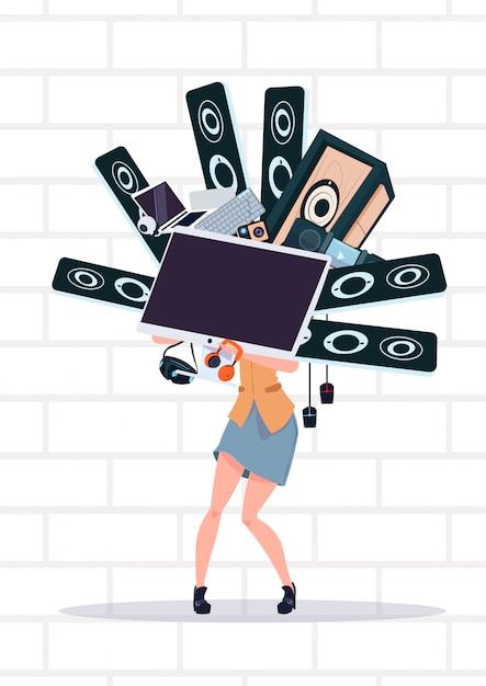 月曜日に白いレンガの壁のサイバーの上に立ってコンピューターと現代の電子機器を保持している女性 Premiumベクター