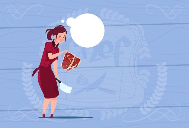 Женский шеф-повар держит мясо мультфильм главный в форме ресторана на деревянный текстурированный фон Premium векторы