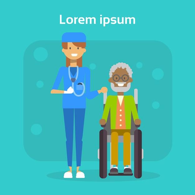 Врач со старшим мужчиной на инвалидной коляске счастливый афроамериканец, мужчина с ограниченными возможностями, улыбается, сидит на инвалидной коляске Premium векторы