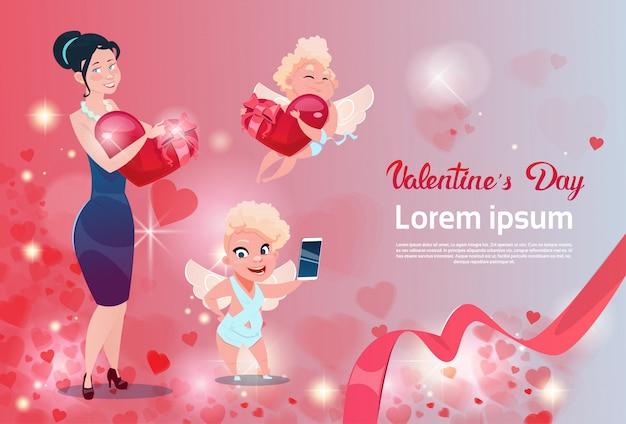 バレンタインデーのギフトカードホリデーラブキューピッドグループハートの女性 Premiumベクター