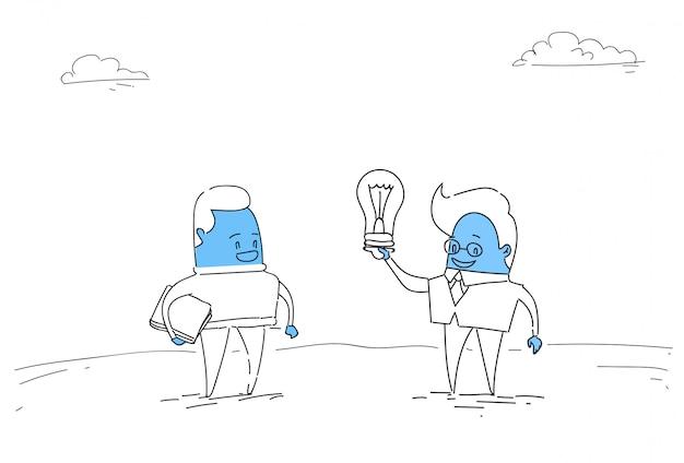 Два абстрактных бизнесменов новая креативная идея концепция держите лампочку Premium векторы